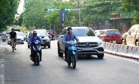 Thực hiện Chỉ thị số 17/CT-UBND của UBND TP Hà Nội về giãn cách xã hội: Người dân ra đường vẫn đông
