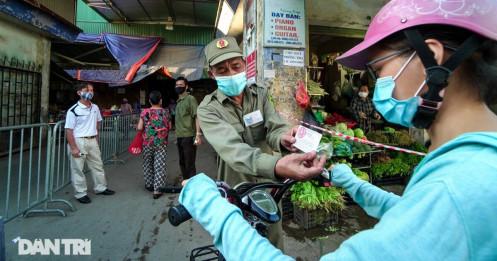 Hà Nội: Người dân lần đầu đi chợ bằng phiếu chẵn, lẻ