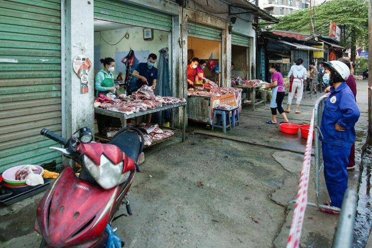 Chợ Hà Nội áp dụng tem phiếu: sinh viên, người lao động ở trọ đi chợ như thế nào?