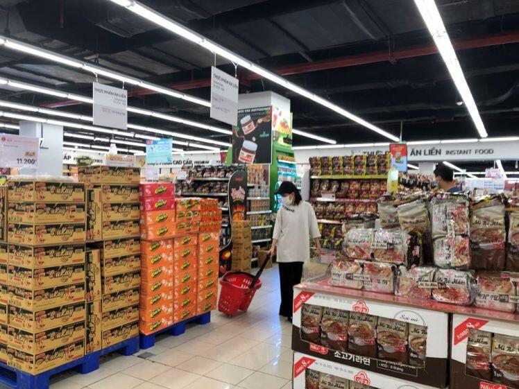 Người TPHCM lại xếp hàng 4- 5 giờ chờ mua thực phẩm