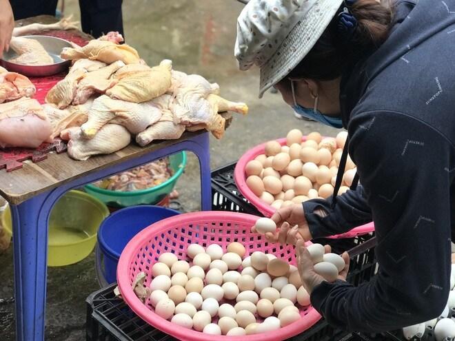 Hà Nội: Chợ đầu mối tạm đóng cửa vì có ca Covid-19, giá rau, thịt cá tăng