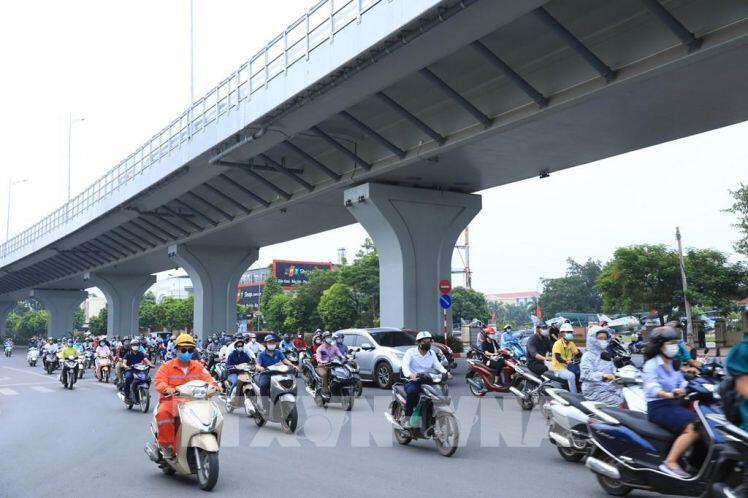 Bước sang tuần thứ 3 giãn cách xã hội, đường phố Hà Nội vẫn đông đúc sáng đầu tuần