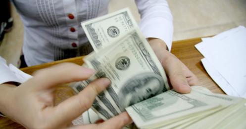 Giá USD trượt dốc cả tuần