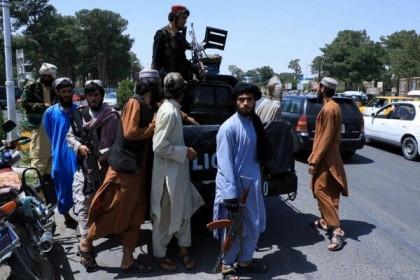 Taliban không đánh cũng thắng, hàng trăm quan chức và binh sĩ Afghanistan bỏ chạy