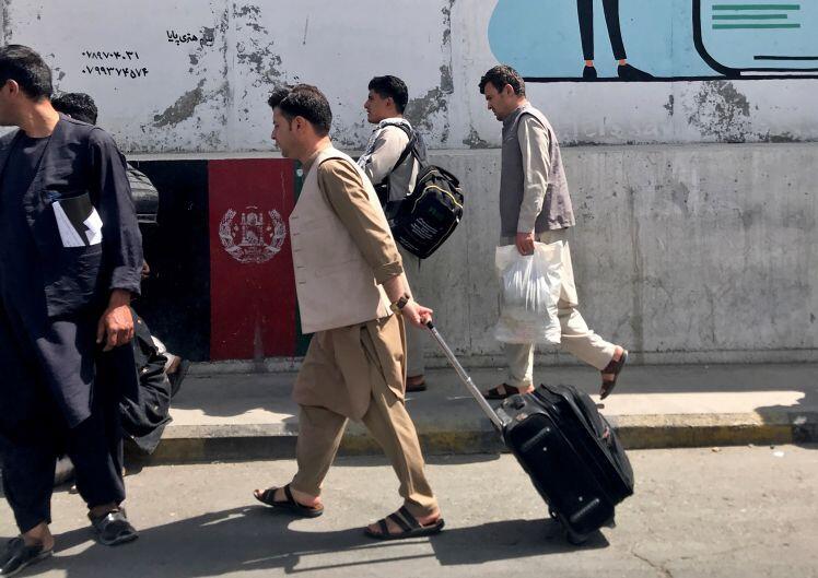 Người dân Afghanistan di tản tràn vào sân bay Kabul, an ninh Mỹ bắn chỉ thiên