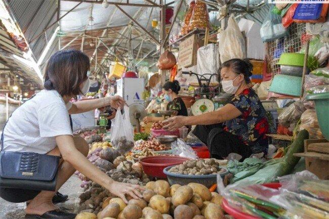 Người dân lo lắng vì giá thực phẩm ở chợ dân sinh tăng