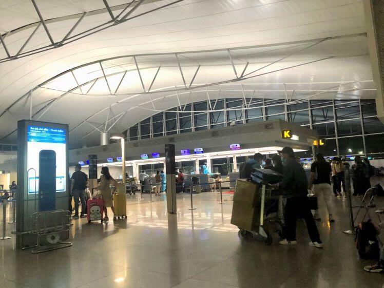 Sân bay Tân Sơn Nhất vắng 'rợn' người trong mùa dịch Covid-19