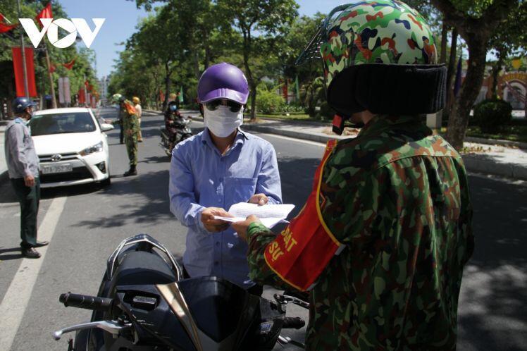 Nghệ An tăng cường kiểm soát, xử phạt người trong vùng cách ly ra đường không cần thiết