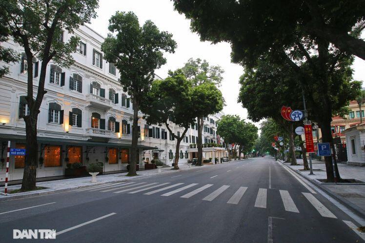 Nhà cổ mặt tiền Hà Nội phô bày nét đẹp khi vắng bóng hàng quán và xe cộ